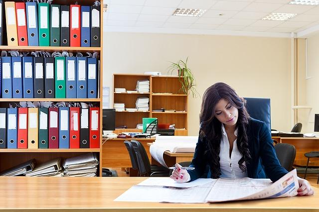 事業計画を練る創業希望の女性