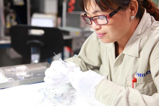 製造業で働く女性